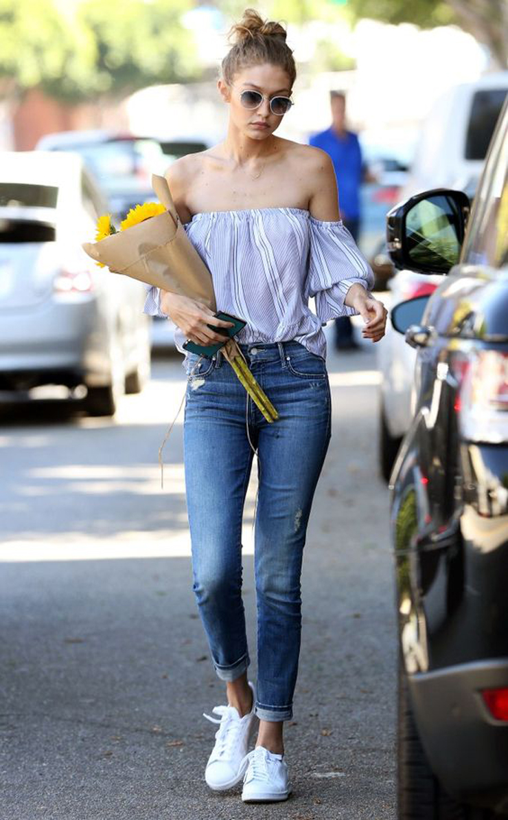 *EXCLUSIVE* Los Angeles, CA - Model-of-the-moment, Gigi Hadid, is seen enjoying lunch with a girlfriend in LA. The 21-year old stops by a flower shop to pick up some flowers for her friend, but takes her thoughtfulness even further by giving money to a homeless man on the side of the road. AKM-GSI August 10, 2016 To License These Photos, Please Contact : Maria Buda (917) 242-1505 mbuda@akmgsi.com sales@akmgsi.com or Mark Satter (317) 691-9592 msatter@akmgsi.com sales@akmgsi.com www.akmgsi.com